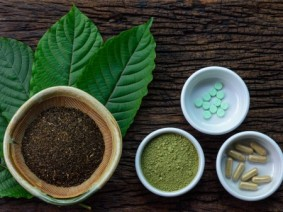 Mitragyna speciosa (kratom) leaves, in powder form, capsules and tablets. Photo: Thinkstock