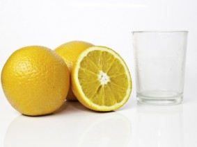 oranges with an empty juice glass
