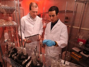 Fred Michel (left) and Eddie Gómez in the laboratory. (Photo by Ken Chamberlain)