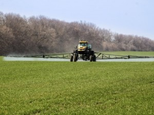 Pesticide applicators can earn recertification credits to renew their pesticide licenses. (Photo:Thinkstock)