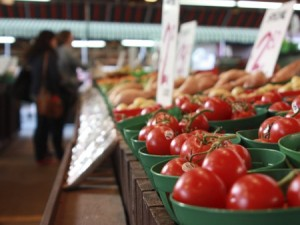 Farmers markets are just one way producers can market to consumers. (Photo: Thinkstock)
